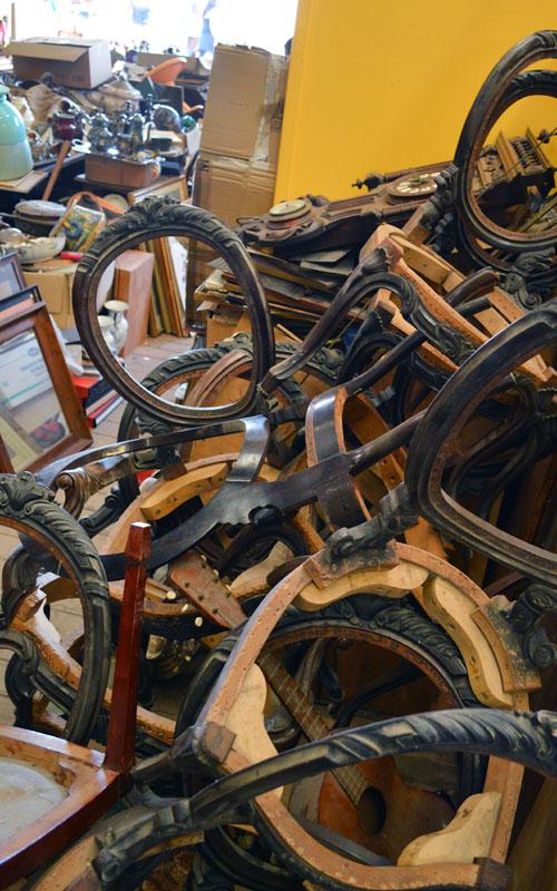 Historische Gestelle von Stühlen zum restaurieren