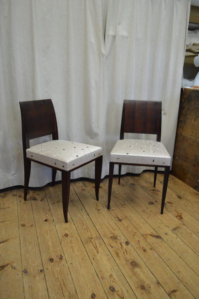 Stühle in Seide